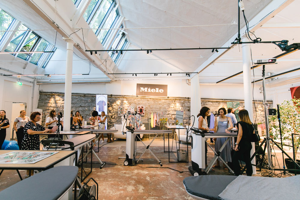 Same shirt different: Star-Designer Julian Zigerli verriet sonrisa am Upcycling-Event von Miele seine besten Tipps für eine nachhaltige Garderobe.