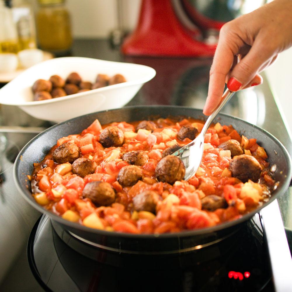 Lässt sich ganz einfach zubereiten, macht schön, schmeckt lecker und ist vegan: Shakshuka à là sonrisa mit den neuen fleischlosen Erbsenproteinbällchen von Ikea.