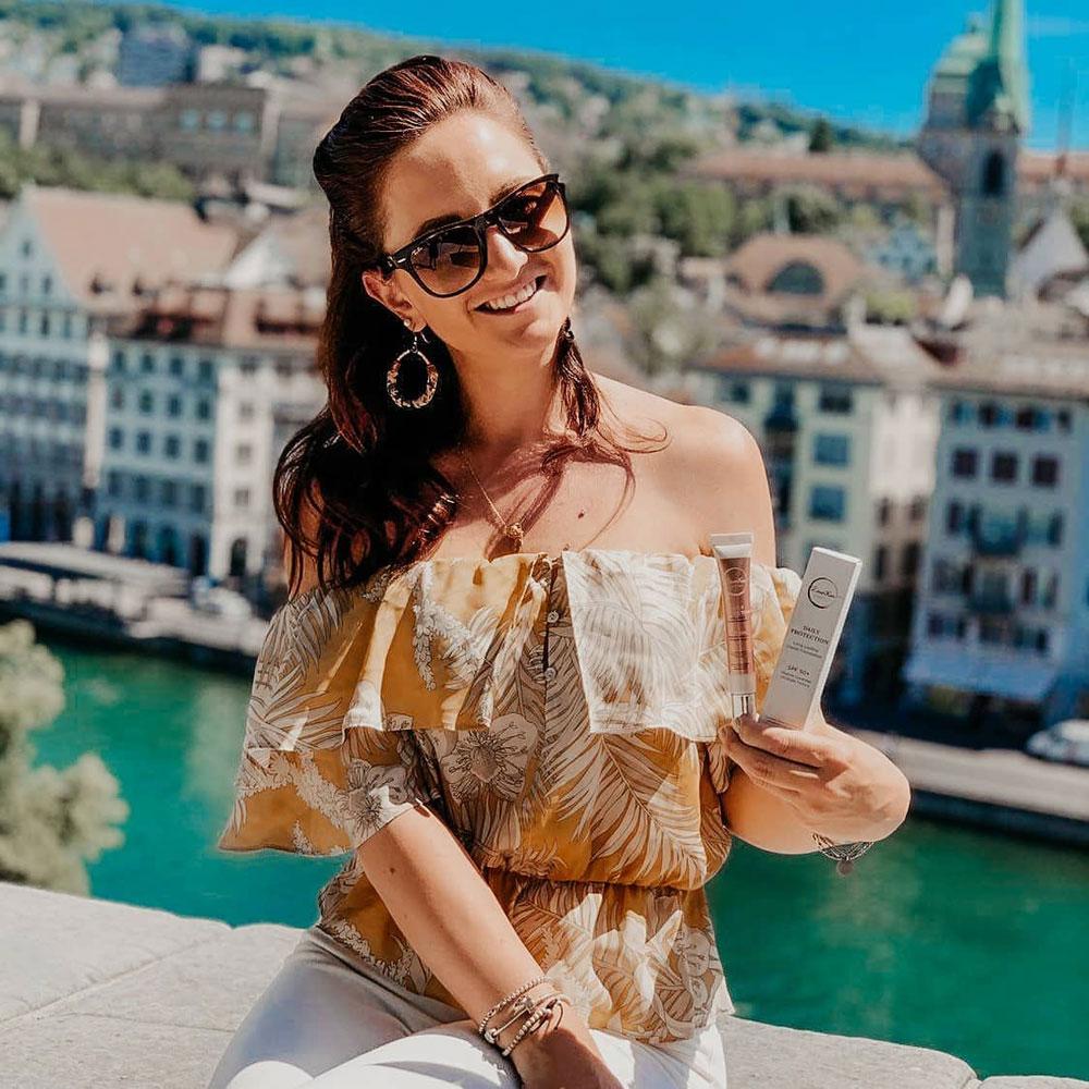 Girlboss Jessica Gross ist die Frau hinter dem neuen Beauty-Brand RoseKin, mit dem sie die Verwendung von UV-Schutz leichter machen möchte.