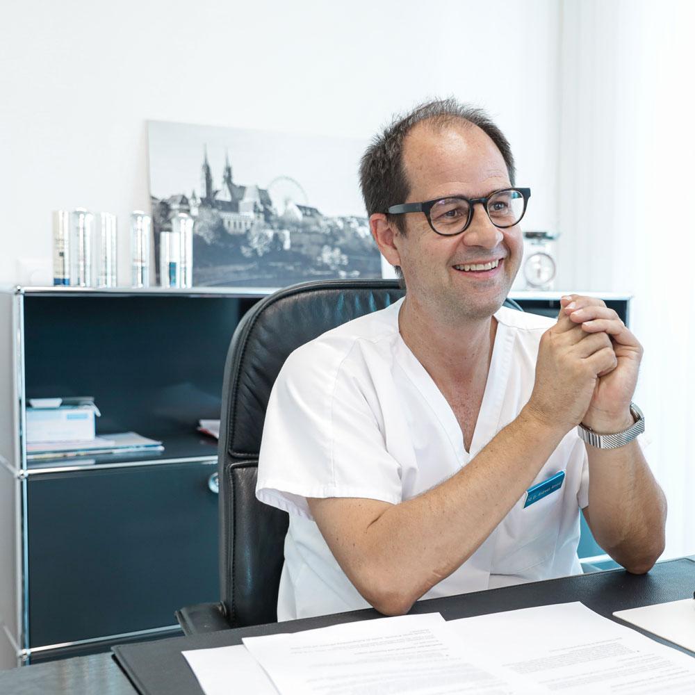 sonrisa war bei Dr. Andreas Arnold in der Basler Gemeinschaftspraxis Dermatologie am Rhein zu Besuch, der exklusiv für jedes Hautbedürfnis die wichtigsten Wirkstoffe verraten hat. Als Orientierung und Hilfe bei der Suche nach dem optimalen Pflegeprodukt für den eigenen Hauttypen.