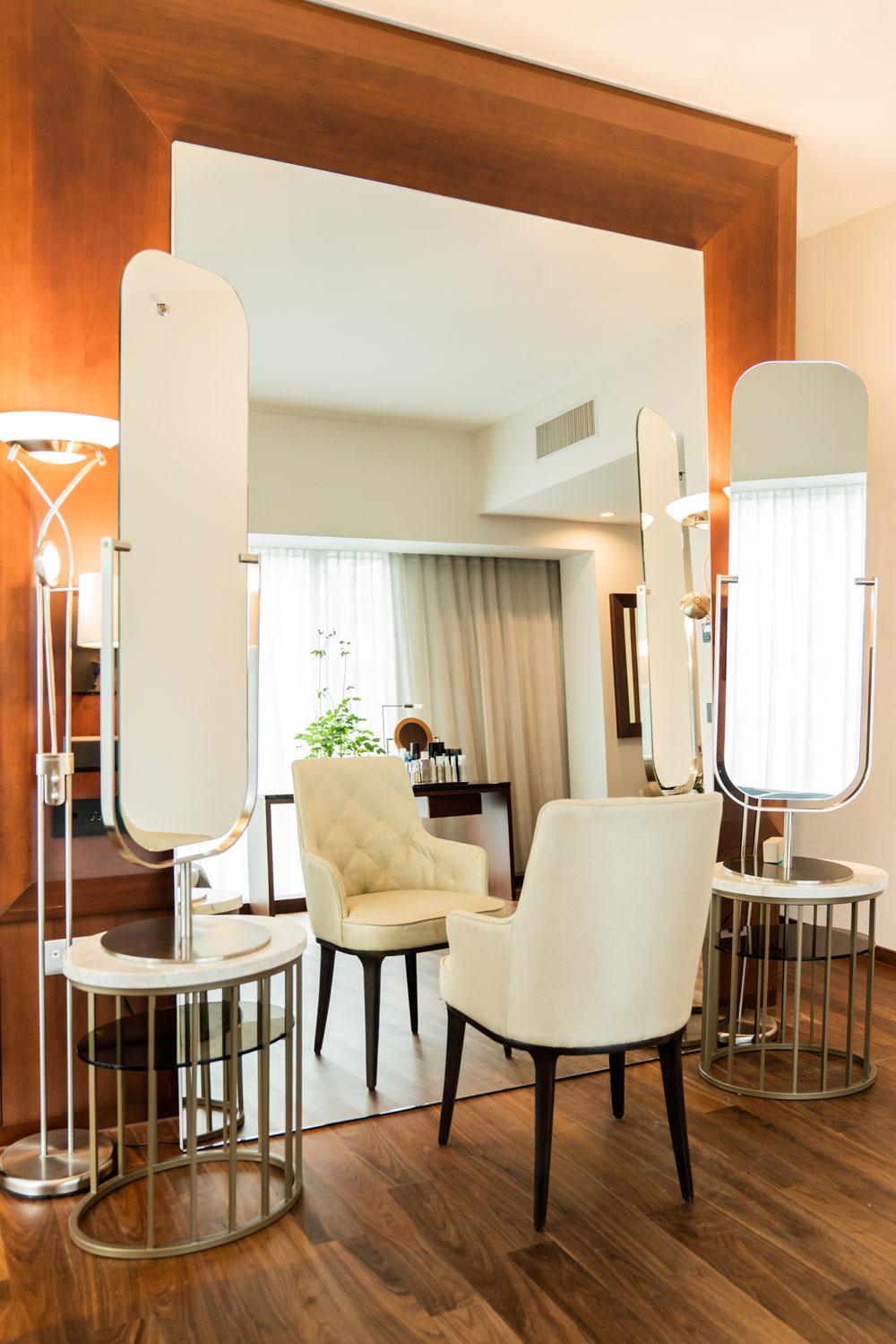 Star-Figaro Felix Fischer bietet in seiner neuen Suite im Park Hyatt ein luxuriöses Hairstyling-Erlebnis an wie es bisher nur seine prominente Kundschaft erleben konnte.