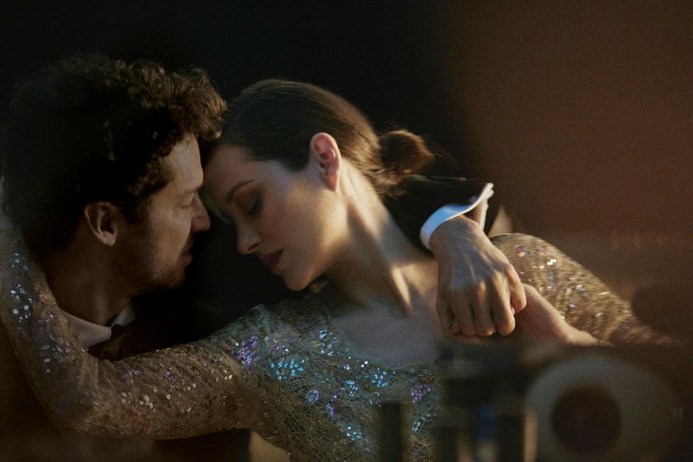 Auf sonrisa gibt es exklusive Blicke hinter die Kulissen der neuen Kampagne für Chanel N° 5 mit Marion Cotillard.