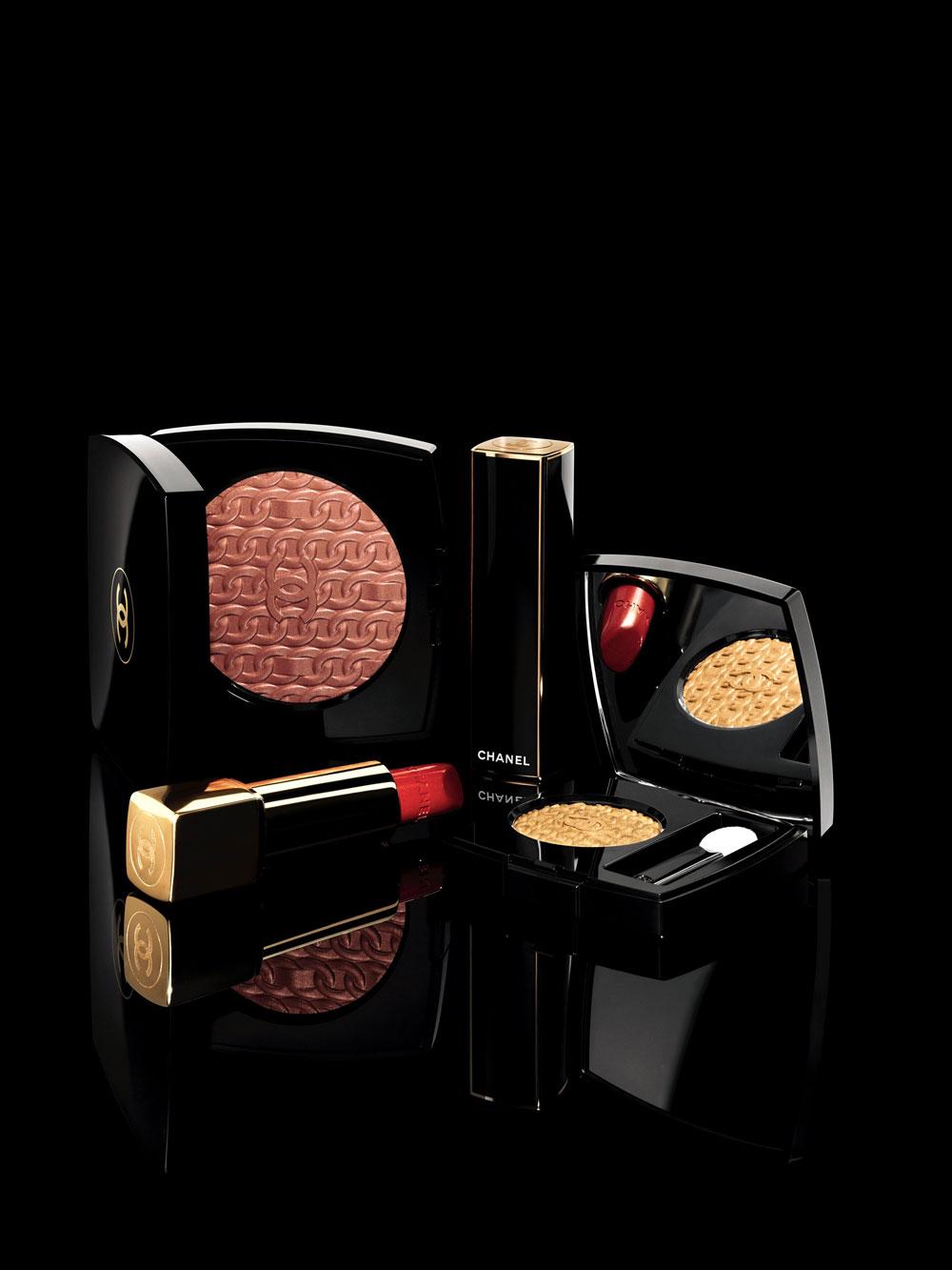 Die diesjährige Holiday Collection von Chanel ist eine glänzend-funkelnde Hommage an die goldenen Kette an der legendären 2.55-Handtasche.