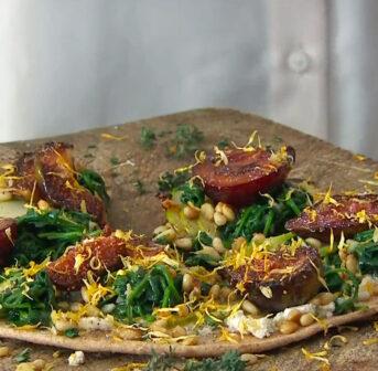 Schmeckt gut, ist gesund und macht schön: die vegane Pfannenpizza nach einem exklusiven Rezept von Bestseller-Autorin Nadia Damaso, das Du auf sonrisa zum Nachkochen findest.