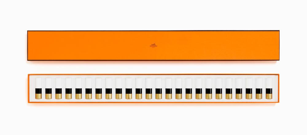 Rouge Hermès Geschenkbox Piano  Gerade mal 440 Stück beträgt die streng limitierte Auflage der Hermès Geschenkbox Piano, die im Pressetext als «Klaviertastatur der Farben» beschrieben wird. Oder, wie Beauty-Kreativdirektor Jérôme Touron so hübsch sagt über das exklusive Beauty-Set (Preis auf Anfrage): «Die 24 Farben unserer Lippenstiftpalette klingen zusammen wie Töne eines Klaviers. Wenn man sie alle zur Hand hat, ermöglicht das ein endloses Spiel.»