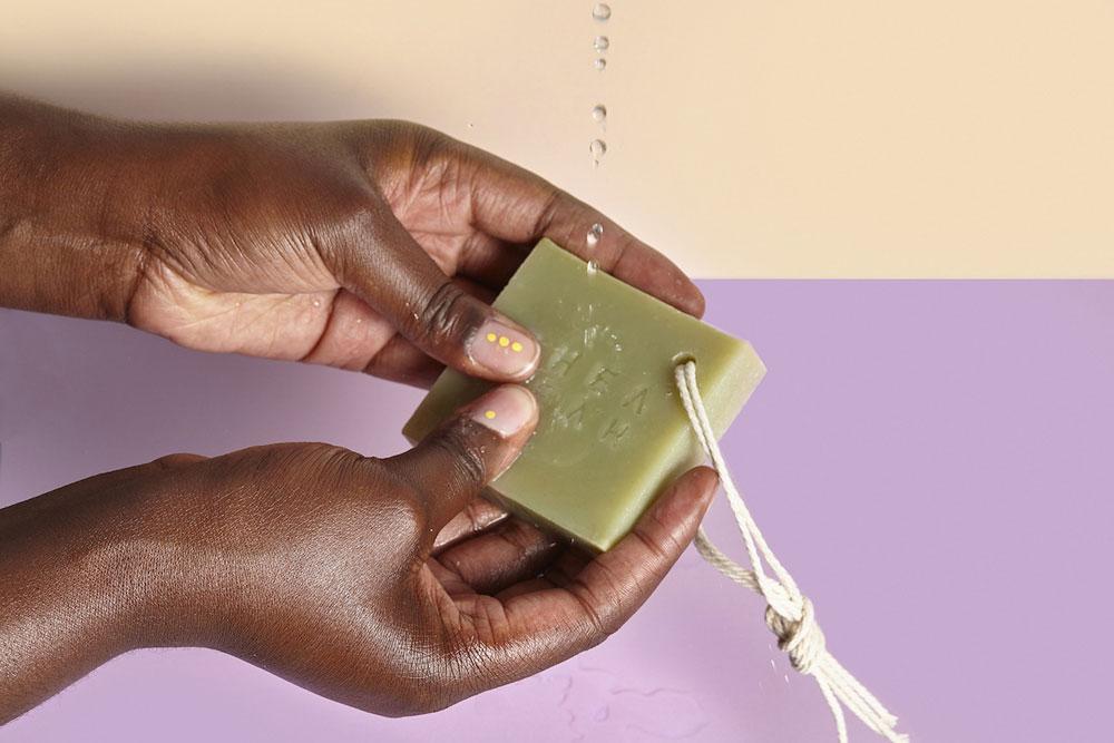 """Im zweiten Teil der neuen Serie """"schöner schenken"""" auf sonrisa gibt es eine Auswahl an Beauty-Geschenktipps für das kleine Budget."""