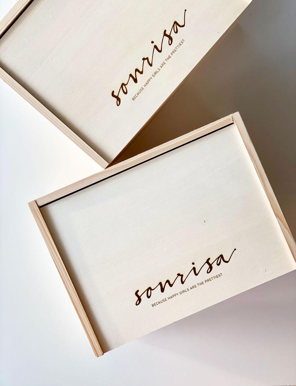 sonrisa feiert das vierjährige (!) Jubiläum und verlost zur Feier des Tages zwei exklusive sonrisa-Geschenkboxen mit Feel-Good-Favoriten von tollen Girlbosses!