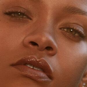 Rihanna erweitert mit Fenty Skin ihr Beauty-Universum um eine vegane Unisex-Pflegelinie, die neu auch in der Schweiz erhältlich ist.
