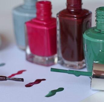 Auf sonrisa gibt es die Anleitung zu DIY Bobby-Pins, die mit Hilfe von Nagellack zum stylishen Accessoire werden.