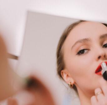 Zusammen mit Chanel Botschafterin Lily-Rose Depp macht sonrisa einen Rundgang durch das Beauty-Labor von Chanel, wo die neuen Rouge Coco Bloom Lippenstifte entstanden sind.