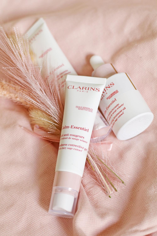 Clarins lanciert mit Calm Essentiel eine neue, bis zu 98 Prozent natürliche Pflegelinie für sensible Haut.