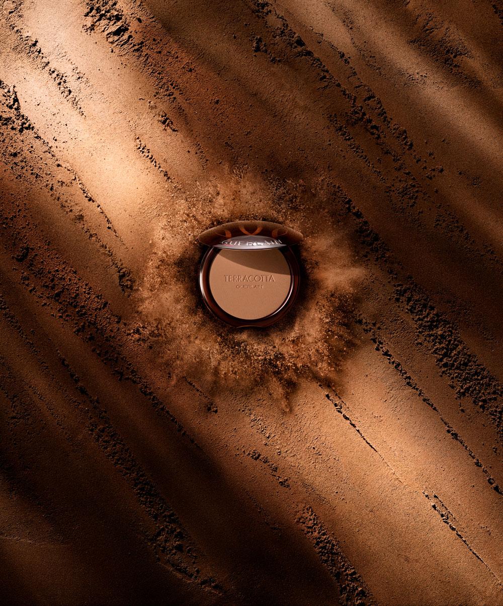 Gute News für Blumenkinder: Die überarbeitete Formel des legendären Terracotta Bronzing Powder besteht aus 96 Prozent natürlichen Inhaltsstoffen.
