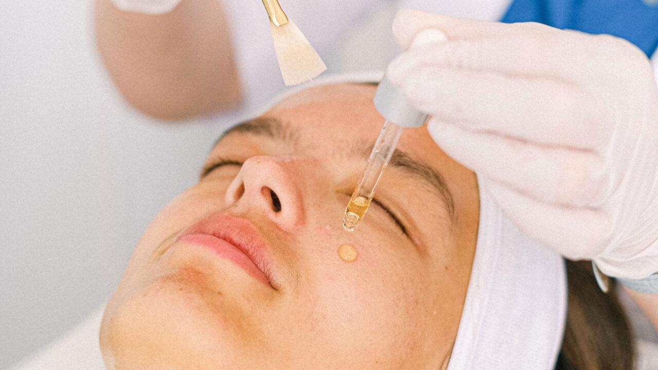 Was hilft wirklich gegen Augenschatten? Die Antworten auf diese und viele andere Fragen zu diesem Thema gibt es von Kosmetikerin Margarita vom Labo Spo in der neuen sonrisa-Serie Schattenspiele.