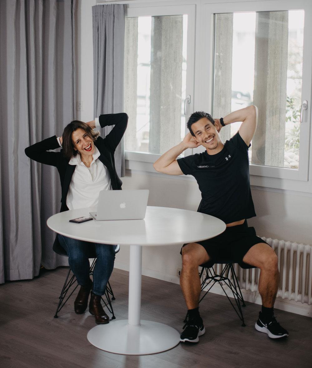 """In der exklusiven Serie sonrisa x HIRANOTRAINING gibt es von Sportwissenschaftler und Mental Coach Julien Hirano einfache Tipps für die geistige und körperliche Fitness – heute mit einem Video zum Thema """"Stretching am Arbeitsplatz""""."""