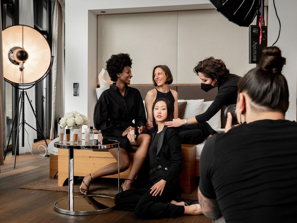 Bei der Kampagne für die Neuheiten der Diorskin Forever-Linie feiert das französische Haus die Vielfalt der Frauen – unter anderem mit sonrisa vor der Kamera!