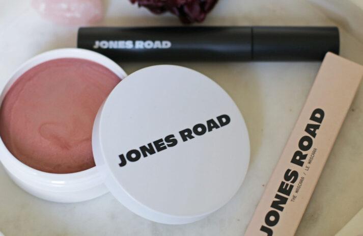 Im Herbst 2020 lancierte Makeup-Guru Bobbi Brown ihre neue Makeup-Linie Jones Road. Auf sonrisa gibt es alle Fakten dazu - und einen Testbericht!