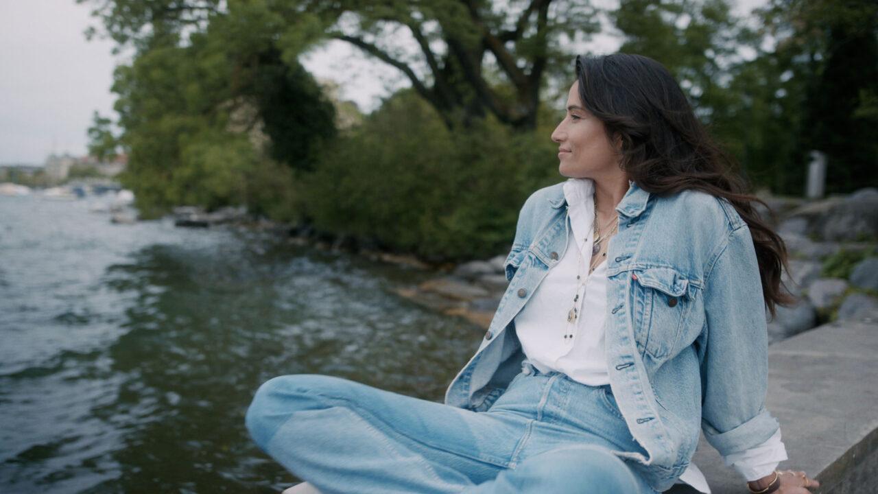 Schauspielerin Melanie Winiger spricht exklusiv auf sonrisa über Beauty-Rituale, Selbstliebe - und Fussball.