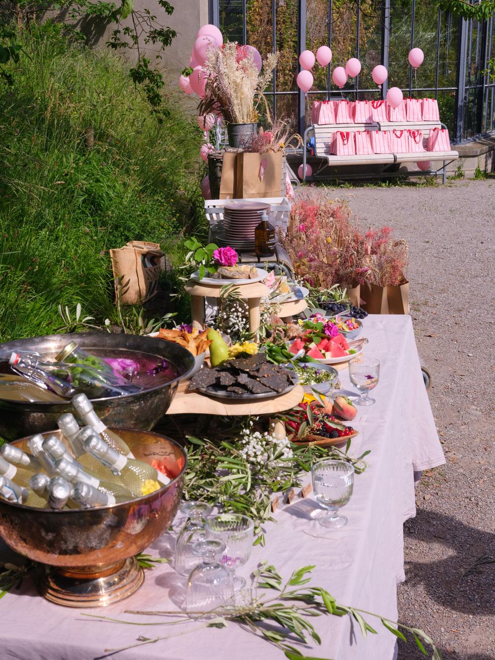 Vom Blumenkranzworkshop bis hin zum romantischen Picknick: Bei der Lancierung von Nina Ricchi Rose im Botanischen Garten stimmte einfach alles!