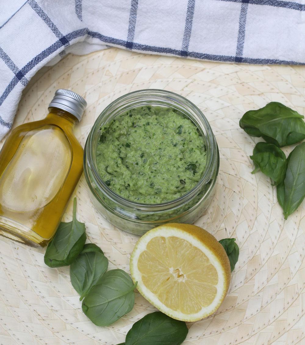 Auf sonrisa gibt es das von Kochbuchautorin Naomi Devlin inspirierte Rezept für einen veganen Pesto mit Beauty-Bonus.