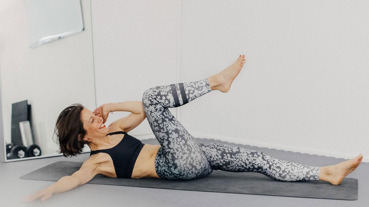 In der exklusiven Serie sonrisa x HIRANOTRAINING gibt es von Sportwissenschaftler und Mental Coach Julien Hirano einfache Tipps für die geistige und körperliche Fitness – heute mit einem Trainigsvideo mit fünf Übungen für einen starken Bauch.