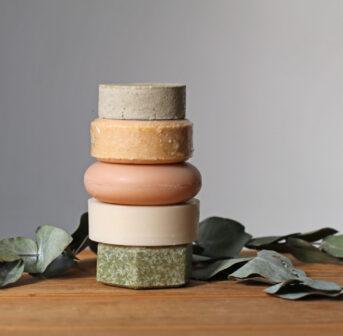 Feste Shampoos sind praktisch und nachhaltig, aber was taugen sie eigentlich? sonrisa macht den Test.